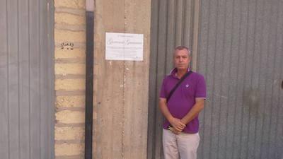nella foto: Marcello Guastella davanti casa dei Guarascio
