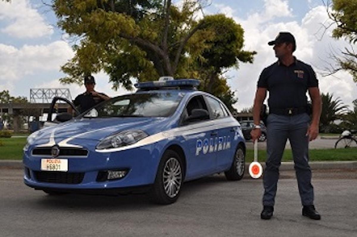 Estate sicura volanti della polizia di stato in campo per - Foto della polizia citazioni ...